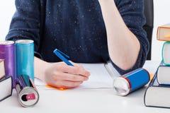 Перегружанный студент с пить энергии Стоковые Фотографии RF