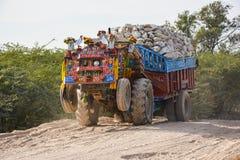 Перегруженный трактор - Пакистан стоковое изображение