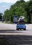 перегрузка груза автомобиля старая малая стоковое фото