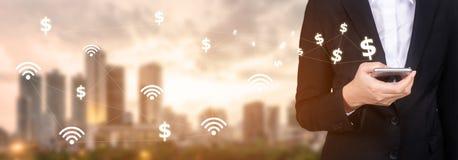 Передвижная сеть банка бизнесмены используя мобильный телефон с стоковые фото