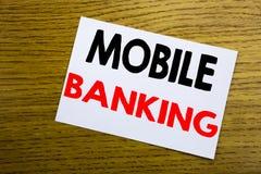 Передвижной банк Концепция дела для e-банка банка интернета написанного на липком примечании, деревянной деревянной предпосылке с Стоковые Изображения