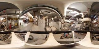 ПЕРЕДВИЖНОЙ - 12-ОЕ МАЯ: Военный корабль BB-60 USS Алабамы, взгляд 360 VR внутри комнаты машинного оборудования двигателя на борт Стоковые Изображения RF
