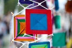 Передвижной улавливатель цвета покрывает украшение сделанное шариков потока и пластмассы связанных к проводам или строке и повеше Стоковое Фото