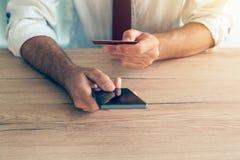 Передвижной smartphone app банка используемый бизнесменом Стоковое Изображение RF