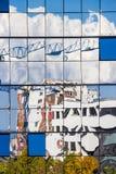 Передернутое отражение стеклянного окна офисного здания в Софии, Болгарии стоковая фотография rf