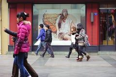 переднее окно магазина людей стоковые изображения