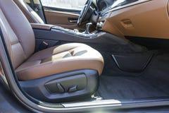 Переднее сиденье пассажира роскошного автомобиля стоковое изображение rf