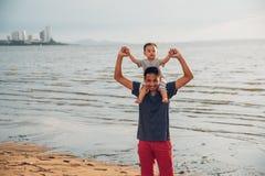 Переднее счастье образа жизни сына ребёнка сидя на fath плеч стоковые фотографии rf