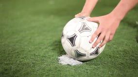 Передние места футбольный мяч к пятну штрафа для пинка футбол шарика близкий вверх акции видеоматериалы