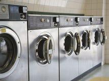 передние шайбы нагрузки laundromat стоковая фотография