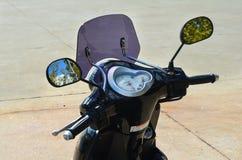 Передний мопед с рулем и зеркалами стоковое фото rf