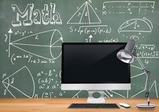 Передний план стола компьютера с графиками классн классного диаграмм и уровнений математики Стоковые Изображения