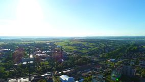 Передняя воздушная устанавливая съемка дела и жилых районов маленького города 4K видеоматериал