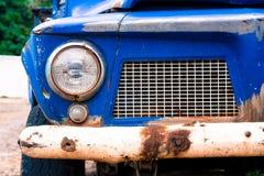 Передняя деталь старой заржаветой голубой тележки Стоковое фото RF