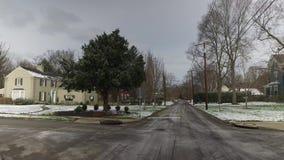 Передняя управляя перспектива на зимней улице высококачественного района видеоматериал