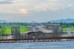 Перед заходом солнца на конструкции моста для шоссе Kanchanaburi стоковые изображения
