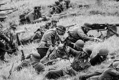 Перезаряжая оружи с событием римейка сражения черно-белым Стоковые Фотографии RF