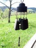 Перезвоны ветра звучат вне дома стоковая фотография