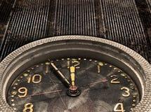 Перезвон. Часы. Наблюдайте механизм на старой grungy предпосылке металла Стоковые Изображения