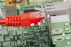Переключатель сети и кабели ethernet, конец вверх по макросу сняли на монтажной плате компьютера стоковое изображение