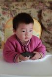 переключение каналов tv младенца стоковая фотография rf