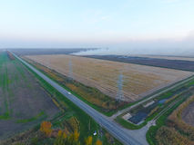 Перекрестки вымостили дороги через поля над взглядом Стоковое фото RF