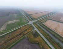 Перекрестки вымостили дороги через поля над взглядом Стоковые Изображения RF