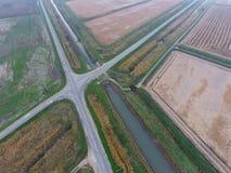Перекрестки вымостили дороги через поля над взглядом Стоковое Фото