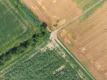 Перекрестки вымостили дороги через поля над взглядом Стоковая Фотография