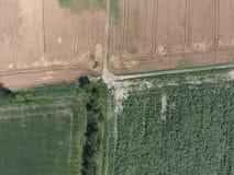 Перекрестки вымостили дороги через поля над взглядом Стоковые Фотографии RF