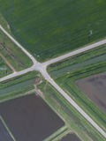 Перекрестки вымостили дороги через поля Стоковая Фотография RF
