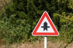 Перекрестки с небольшим дорожным знаком стоковое изображение rf