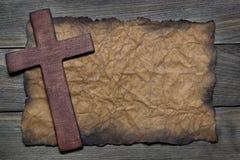 Перекрестная насечка из древесины на старой бумаге Стоковая Фотография