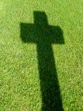 Перекрестная тень на траве Стоковые Изображения