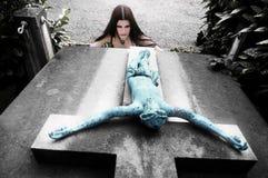 перекрестное перевернутое готское девушки Стоковые Фотографии RF