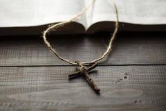 Перекрестные следующие страницы открытой библии стоковые изображения rf