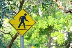 Перекрестный знак прогулки на стальном поляке на парке города стоковое фото