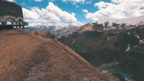 Перекрестный пропуск в горы Georgia caucasus Советский памятник к русскому грузинскому своду дружбы народов сток-видео