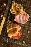 2 перекрестных плюшки, одной при подвергли действию завалки, который Стоковая Фотография RF