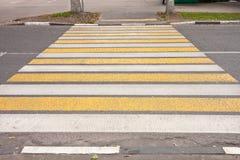Перекресток с желтыми и белыми нашивками Стоковое Изображение