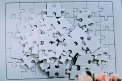 Перекрытие головоломок Работа на концепции собрания Стоковые Фото