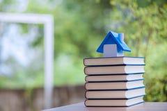 Перекрытие много книг Воспитательное оборудование Стоковое Фото