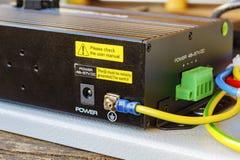 Переключатель локальных сетей PoE при соединенный заземляющий кабель Стоковое Изображение