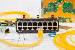 Переключатель сети, локальные сети UTP и оптический кабель и другие электронные блоки стоковая фотография