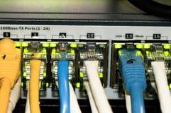 Переключатель сети локальных сетей с кабелями ethernet Стоковое фото RF