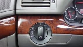Переключатель фары, света тумана застегивает, индикатор температуры двигателя, вентиляционное отверстие, орнаменты mahogany, инте Стоковые Изображения