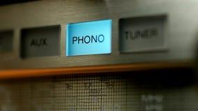 Переключая яркие голубые кнопки на радиоприемнике Крупный план, взгляд со стороны видеоматериал