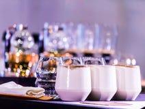 Переливать аксессуары и инструменты кофеварки стоковые изображения