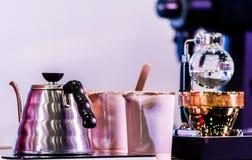 Переливать аксессуары и инструменты кофеварки стоковое изображение rf