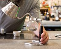 Переливать кофе в делать Стоковое Изображение RF